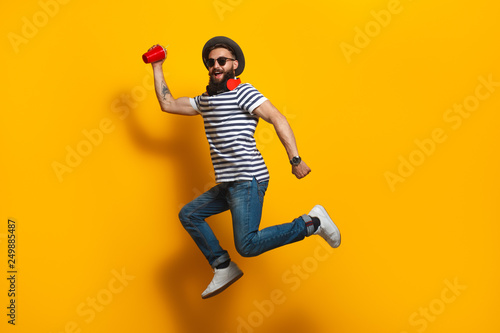 Photo  Jumping hipster with plastic cup