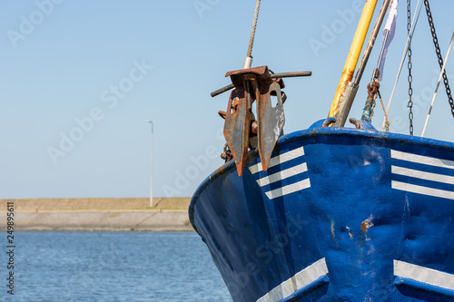 Foto  Bow with anchor shrimp fishing ship in Dutch harbor Lauwersoog