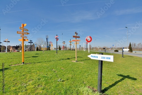 Photo Direction signs in wood showing the distance of the main towns of the world