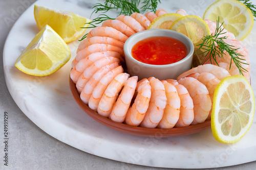 Zbliżenie na pierścionek z krewetkami ze słodkim sosem chili na desce do serwowania marmuru