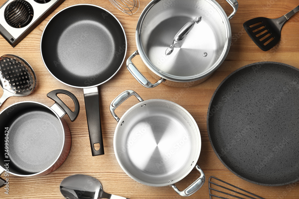 Fotografía  Flat lay composition with clean cookware on wooden background
