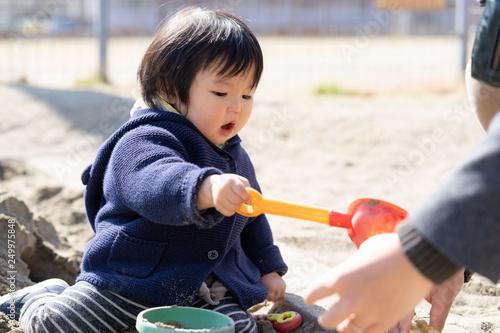 Valokuva  砂場で砂遊びする子供
