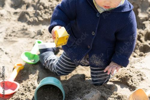 Fototapeta 砂場で砂遊びする子供