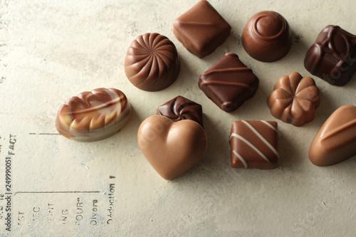 Fotografía  文字のある背景に並べたチョコレート