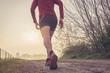 Uomo che corre su strada di campagna all'alba