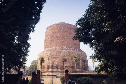 Photo sur Toile Con. Antique Dhamek Stupa monument, Sarnath, Varanasi, India