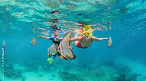 Happy family - mother, kid in snorkeling mask dive underwater, explore tropical fishes Platax ( Batfish) Canvas-taulu