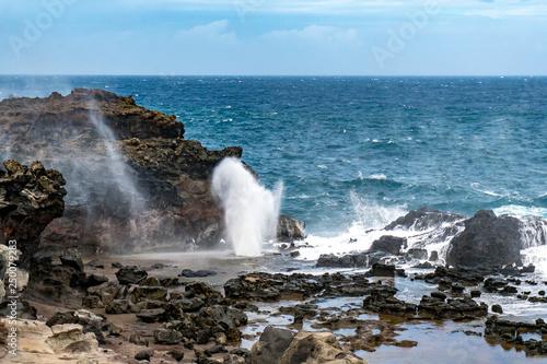 Photo  Nakalele Blowhole Geysir an der Küste der Insel Maui Hawaii