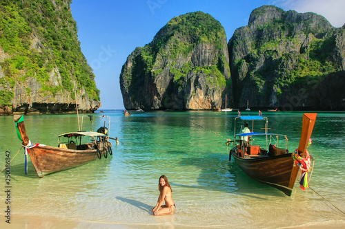 Photo Young woman sitting on the beach at  Maya Bay on Phi Phi Leh Island, Krabi Provi