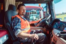 LKW-Fahrer Oder Fernfahrer Sitzt In Der Fahrerkabine Des Fahrzeugs