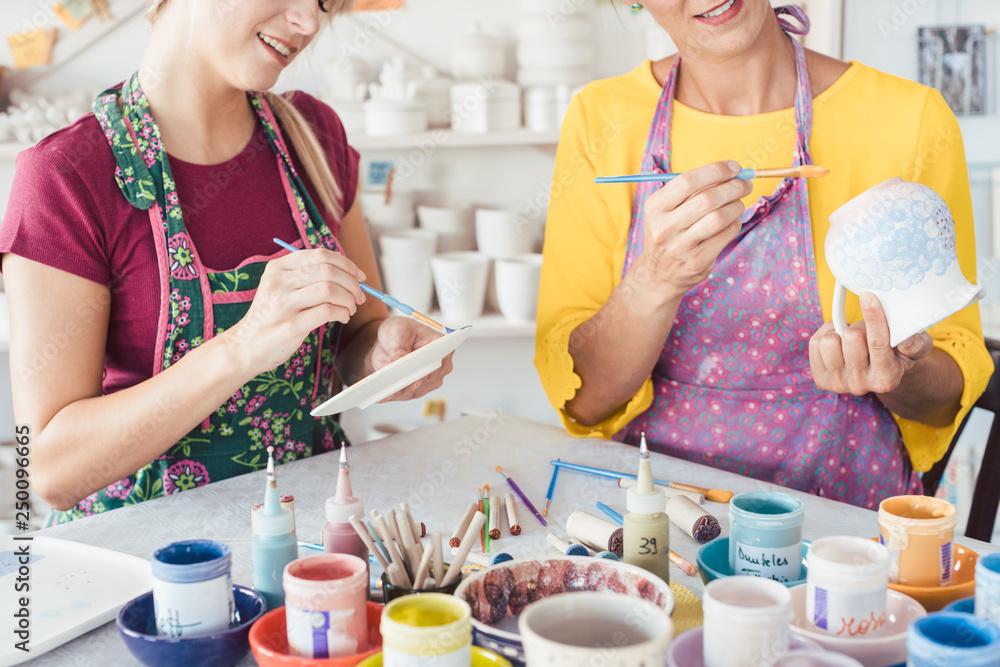 Fototapety, obrazy: Frauen bemalen Geschirr mit Pinsel und Farben