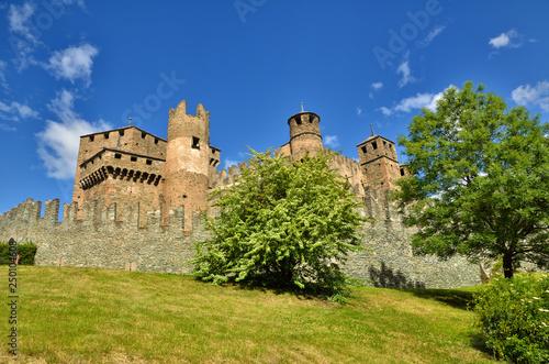 Plakat Zamek Fenis to średniowieczny zamek o fascynującej architekturze i niesamowitym dziedzińcu