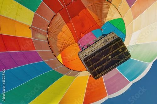 start kolorowego balonu widok z dołu do góry na kosz i kopułę balonu