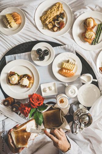 Spoed Foto op Canvas Dessert Plato de comida en la cama