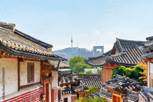 Photo sur Aluminium Seoul Gorgeous view of black tile roofs of traditional Korean houses