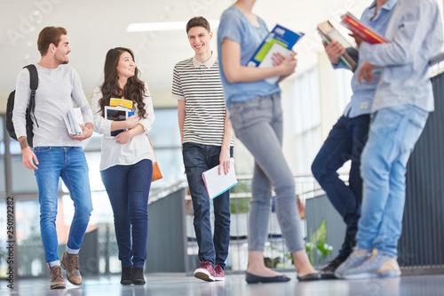 Photo Studenten unterhalten sich in einer Pause