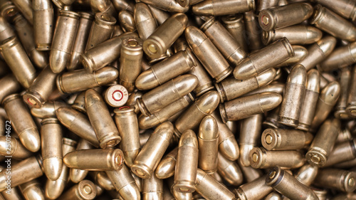 Fotografía Top view of gun ammunition. Bullets for pistol
