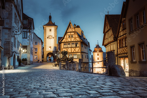 Foto  Historic town of Rothenburg ob der Tauber in twilight, Bavaria, Germany