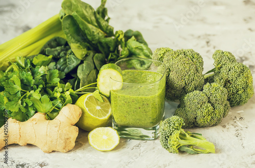 Fototapeta Smoothies made from green vegetables and various vegetables. obraz