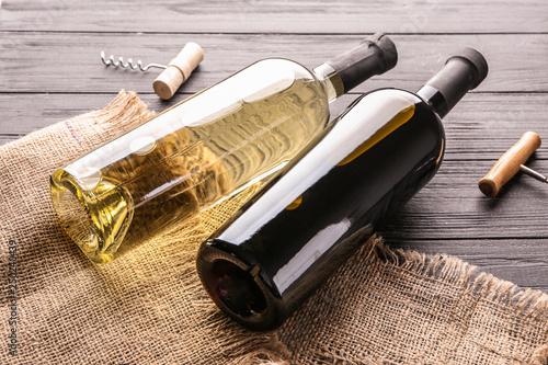 Fotomural  Bottles of tasty wine on wooden table