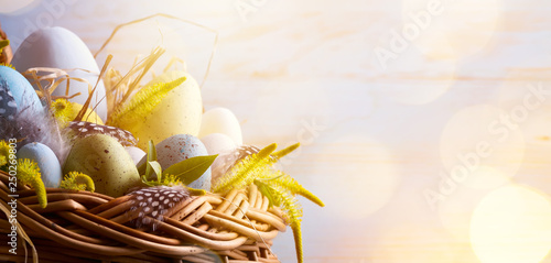Photo  sunny Easter background with Easter eggs in the basket