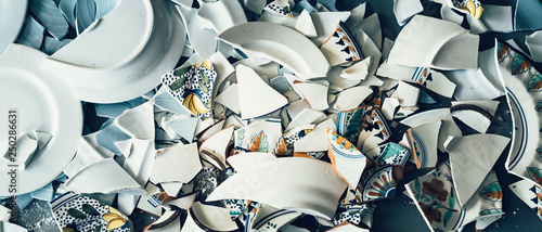 Pinturas sobre lienzo  Shards of broken crockery ceramic plates cups and porcelain on the floor