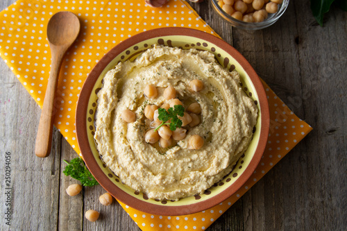Photo  Delicious homemade hummus pasta with olive oil and chick-peas
