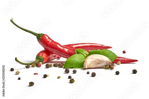 Poster Hot chili peppers Ostra papryka z czosnkiem i pieprzem na białym tle