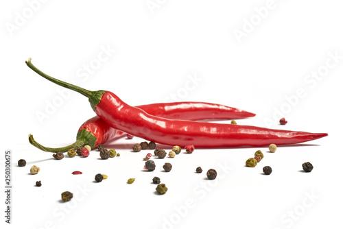 Photo sur Aluminium Hot chili Peppers Ostra papryka z czosnkiem i pieprzem na białym tle
