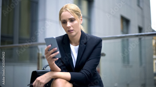 Fotografía  Upset businesswoman reading message about breached contract and dismissal