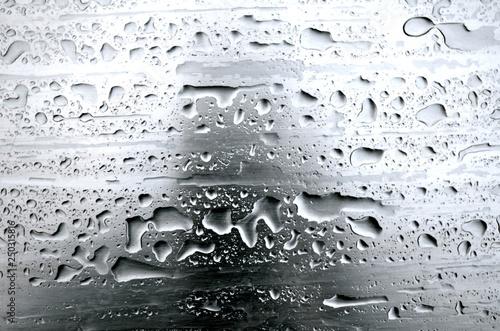 Fotografía  Regentropfen auf grauem Metall