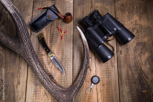 Fotografía  A hunting knife, binoculars and a cradle for tobacco