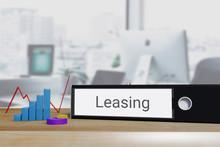 Leasingvertrag. Ordner Beschriftet Mit Dem Wort Leasing Liegt Neben Diagrammen Auf Einem Schreibtisch. Büro Im Hintergrund.