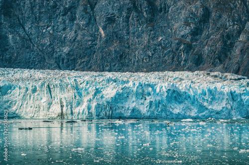alaska-glacier-bay-krajobraz-widok-od-statku-wycieczkowego-wakacyjnej-podrozy-koncepcja-globalnego-ocieplenia-i-zmiany-klimatu-z-topniejacym-lodowcem-z-lodowcem-johns-hopkins-i-gorami-mount-fairweather-range