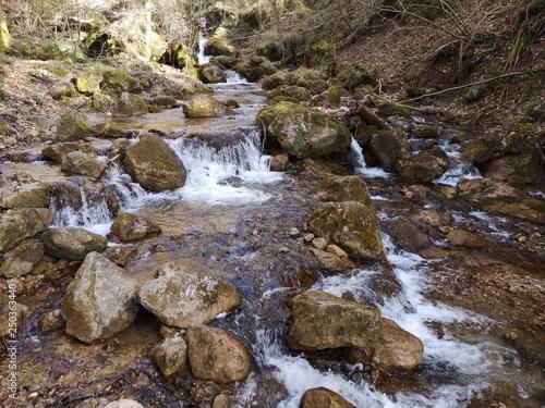 glasklare Wasserfälle in den Alpen