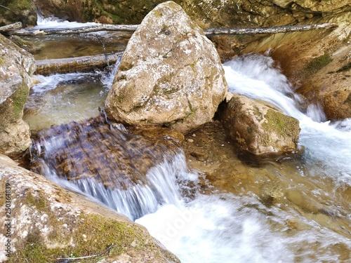 Fotobehang Bos rivier glasklare Wasserfälle in den Alpen