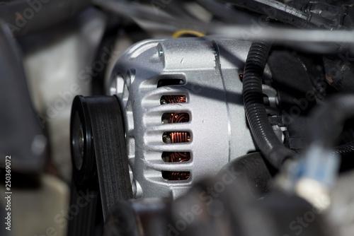 Ein Motor von einem Auto und Nahaufnahme der Lichtmaschine und Keilriemen Fototapeta