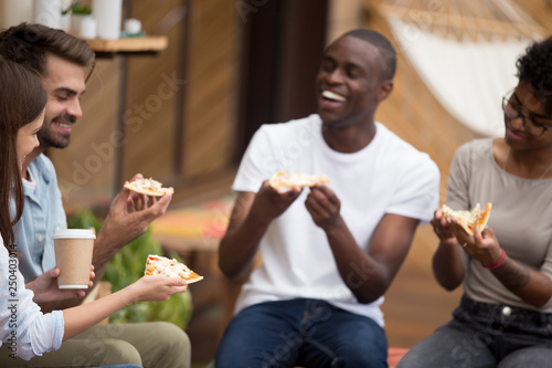 Photo Cheerful diverse students take a break eating pizza drinking coffee
