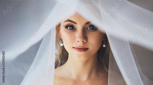 Fotografía Beautiful bride with neutral makeup