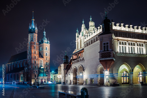 Poster Cracovie St. Mary's Basilica (Church of Our Lady Assumed into Heaven) and Cloth Hall in Krakow, Poland at night