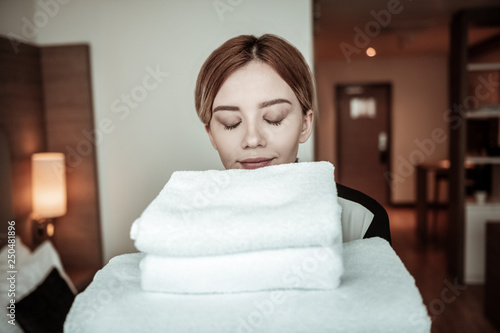 Fotografía  Young beautiful hotel maid entering room with nice clean towels