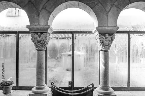 architektoniczna-rama-okienna-licowana-kamieniem-projekt-wnetrza-i-szczegoly-sredniowieczny-kosciol-gotycki