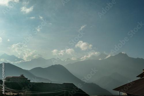 Foto  Misty morning over Himalayas, Annapurna Circuit Trek, Nepal