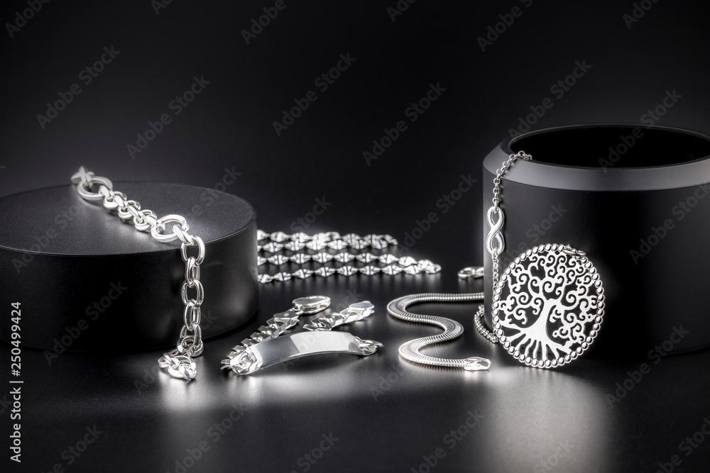 Fototapeta Joyería de joyas de plata de lujo, collares, platería, sortijas, joyitas, y alhajas