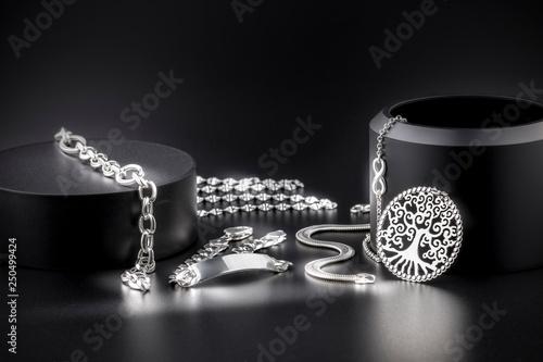 Fototapeta Joyería de joyas de plata de lujo, collares, platería, sortijas, joyitas, y alhajas obraz