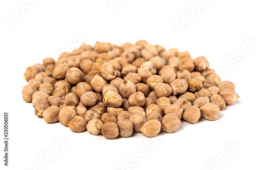 Foto  Dry raw organic chickpeas isolated on white background