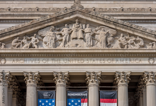 Fotografía  United States National Archive Building in Washington DC with USA flag