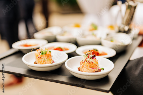 Photo  Salmon tatrare in small plates, catering event, banquet food