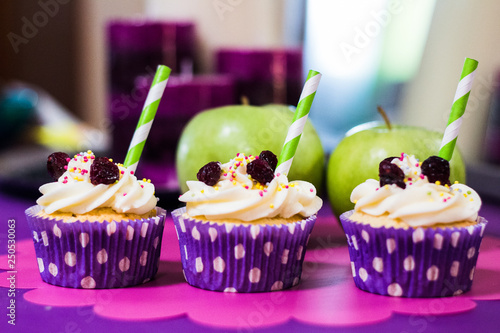 Foto  A several cupcakes on purple table