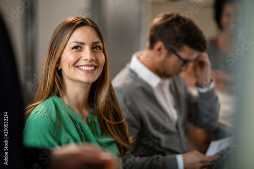 Photo Happy businesswoman having a meeting with colleagues in the office